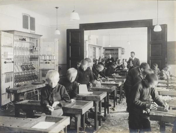 Skolene ble stengt mellom 26. oktober og 2. november 1918 på grunn av spanskesyken. Foto fra Ila skole, 1915. Fotograf: Anders B. Wilse (A-20031/Ua/0004/013).