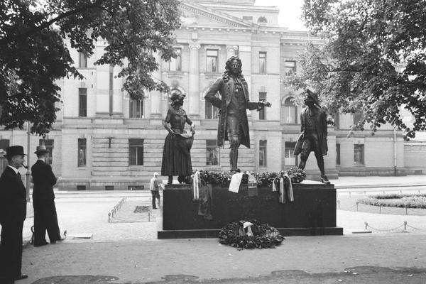 Foto av monumentet med bekransning.