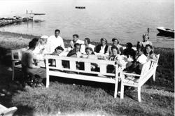 Fødselsdagsselskap. Gruppe voksne og barn på Oslo Godtemplar