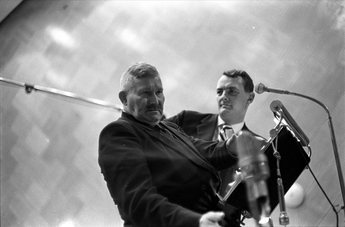 """Kringkastingens """"Vi går ombord"""", juleprogram, Oslo, 24.12.1962. Erik Bye og mann med mikrofoner."""
