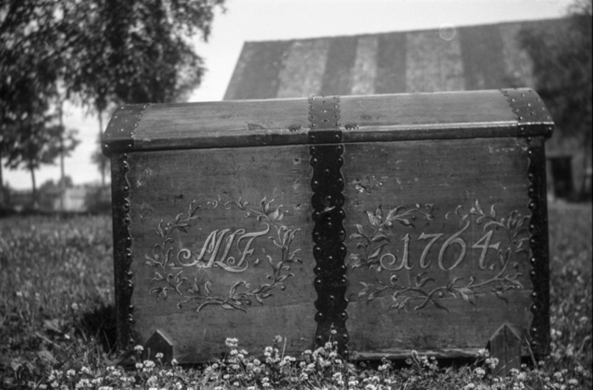 Kiste med inskripsjon: MLF 1764.