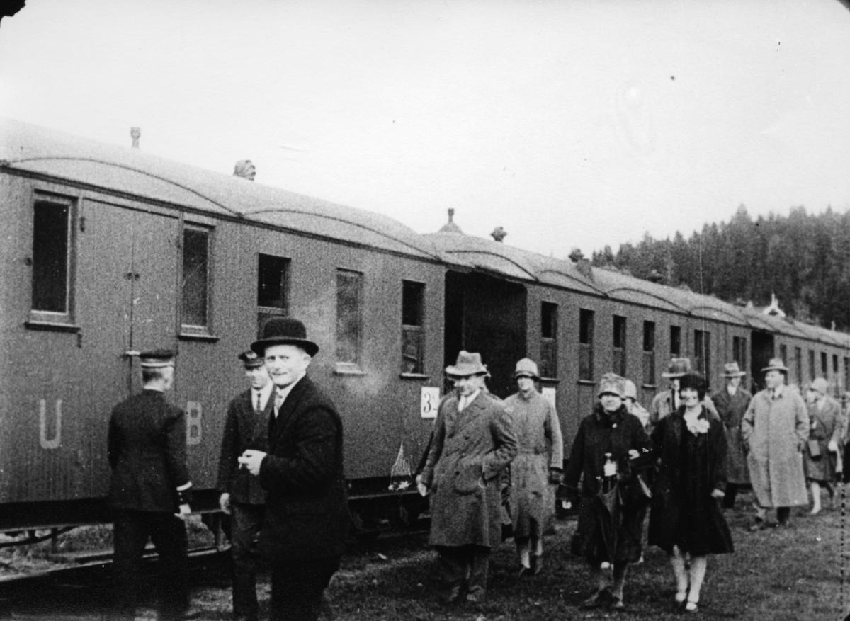Ekstratog for pressen ankommer brygga på Skulerud. Fra pressens befaring på Urskog-Hølandsbanen og Haldenkanalen 2.6.1927.