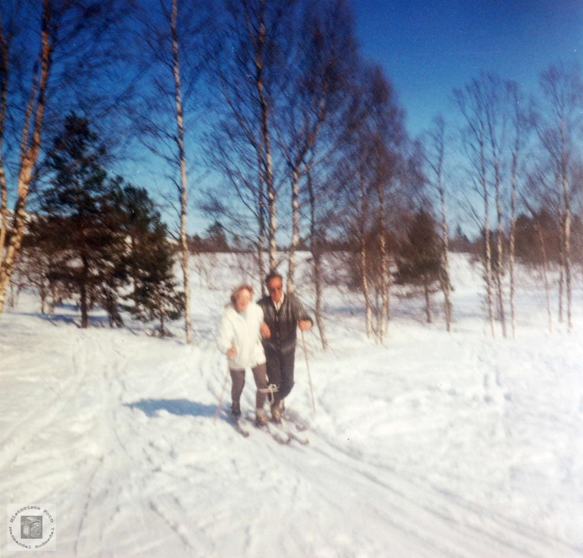 Marit og Sverre Flottorp på ski.