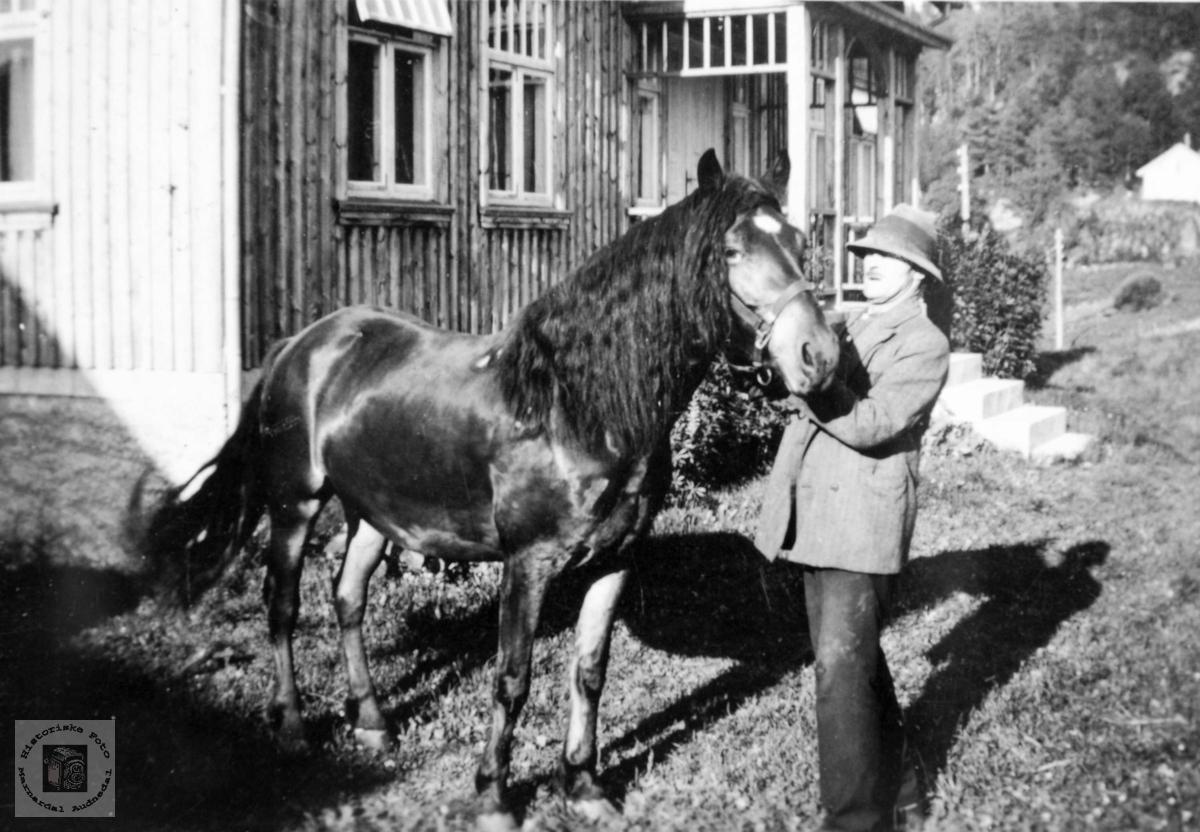 Nils tar farvell med hesten Prins. Grindheim Audnedal.