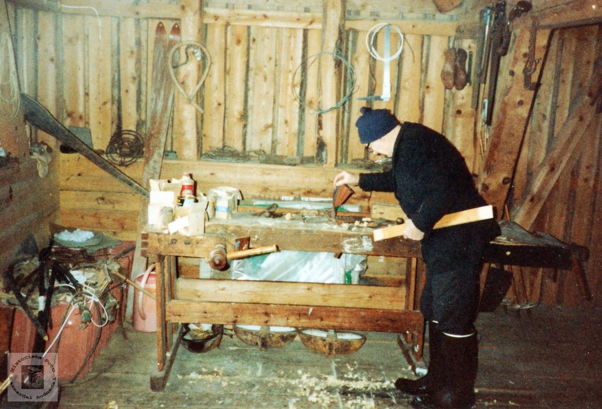Jacob i arbeid på verkstaden i uthusa. Grindheim.