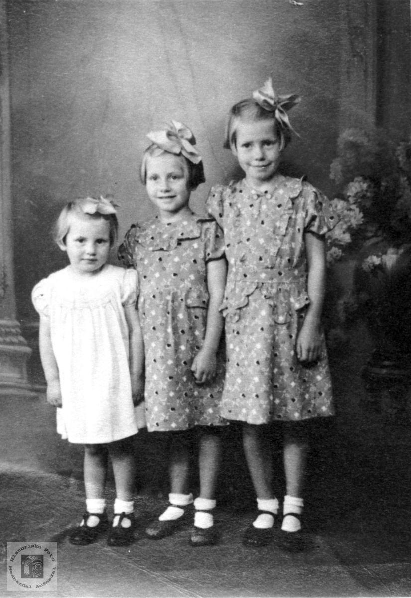Portrett av 3 unge jenter Strisland.