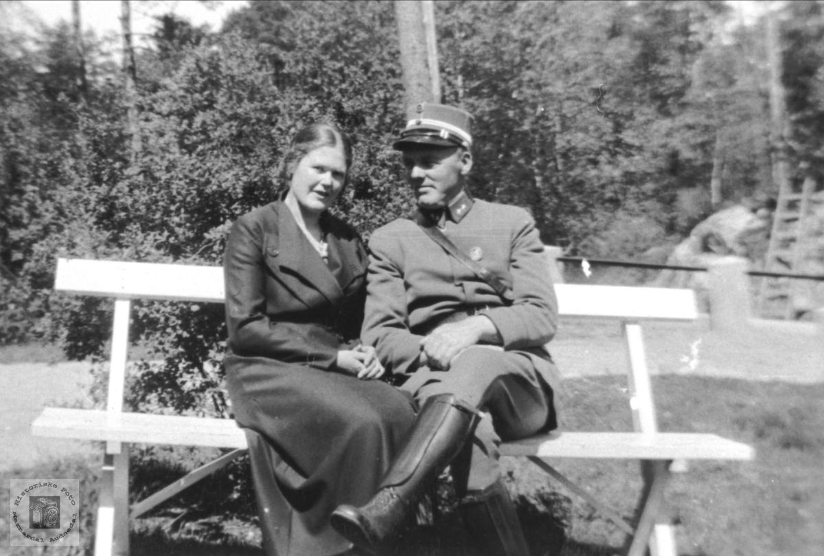 Randi og Fredrik Skuland på en benk i Laudal