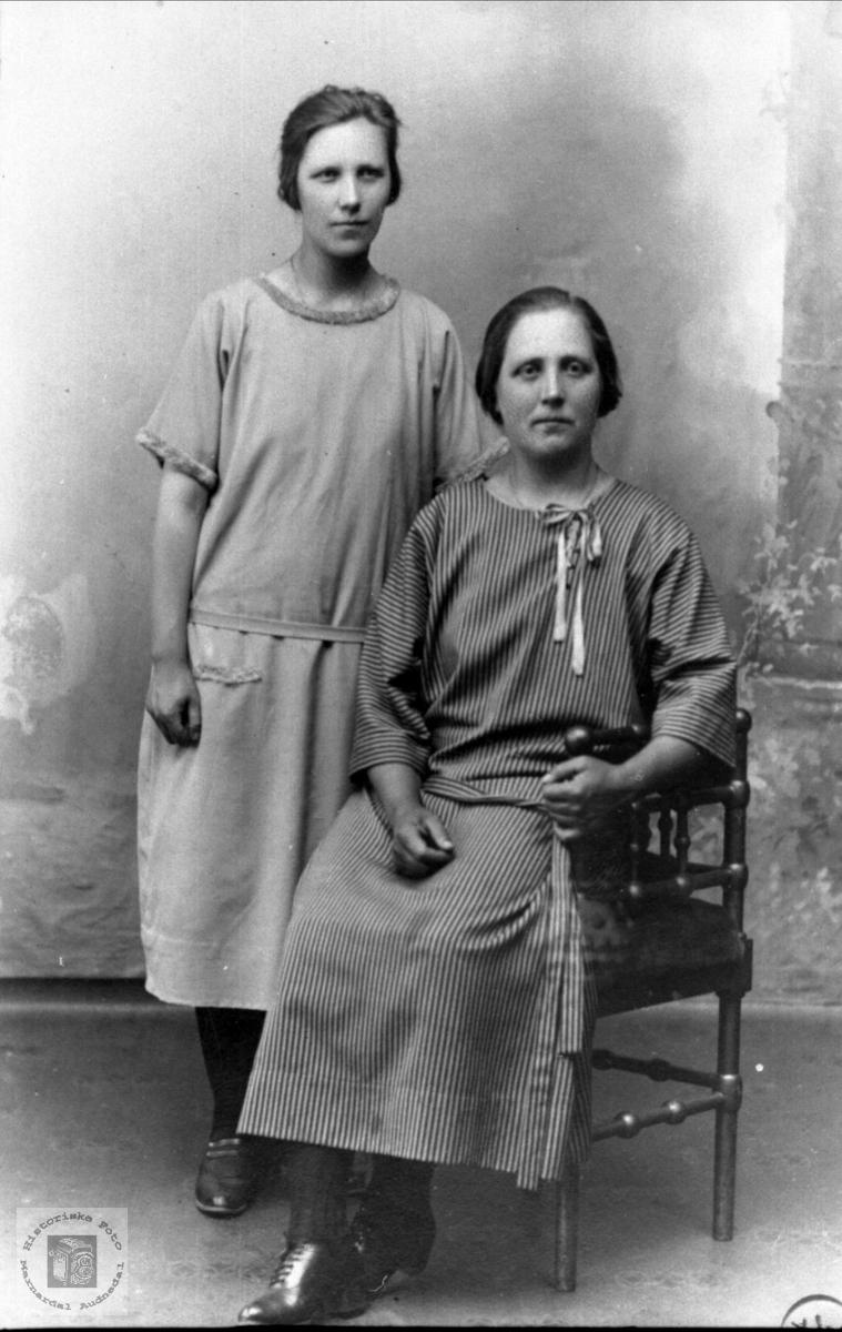 Portrett av Inga Bertine Laudal og Anna Dolsvåg, Randesund.