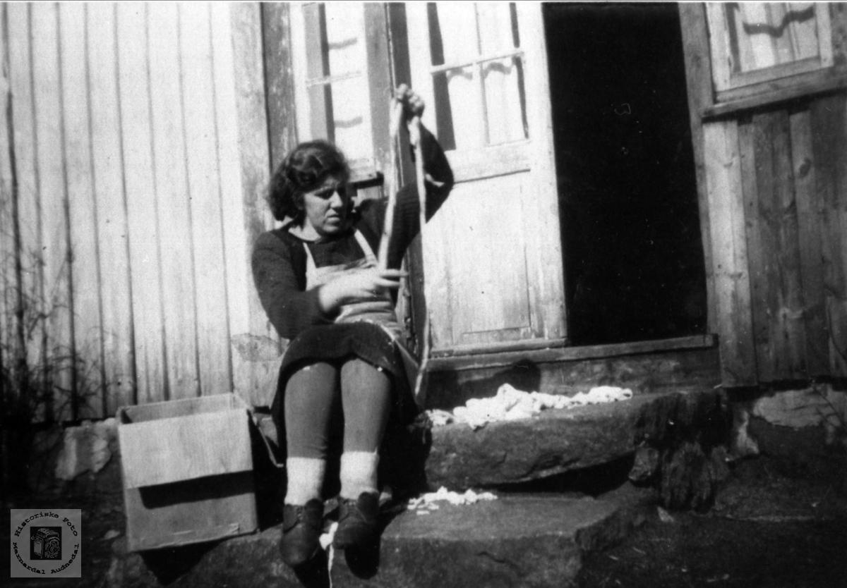 Filleklypping. Margit Aukland, Laudal.