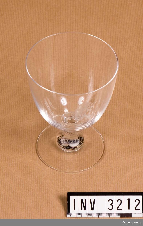 Av kristallglas med etsat vapen i form av en krönt, halverad sköld med folkungalejonet. Användes till rödvin och öl.