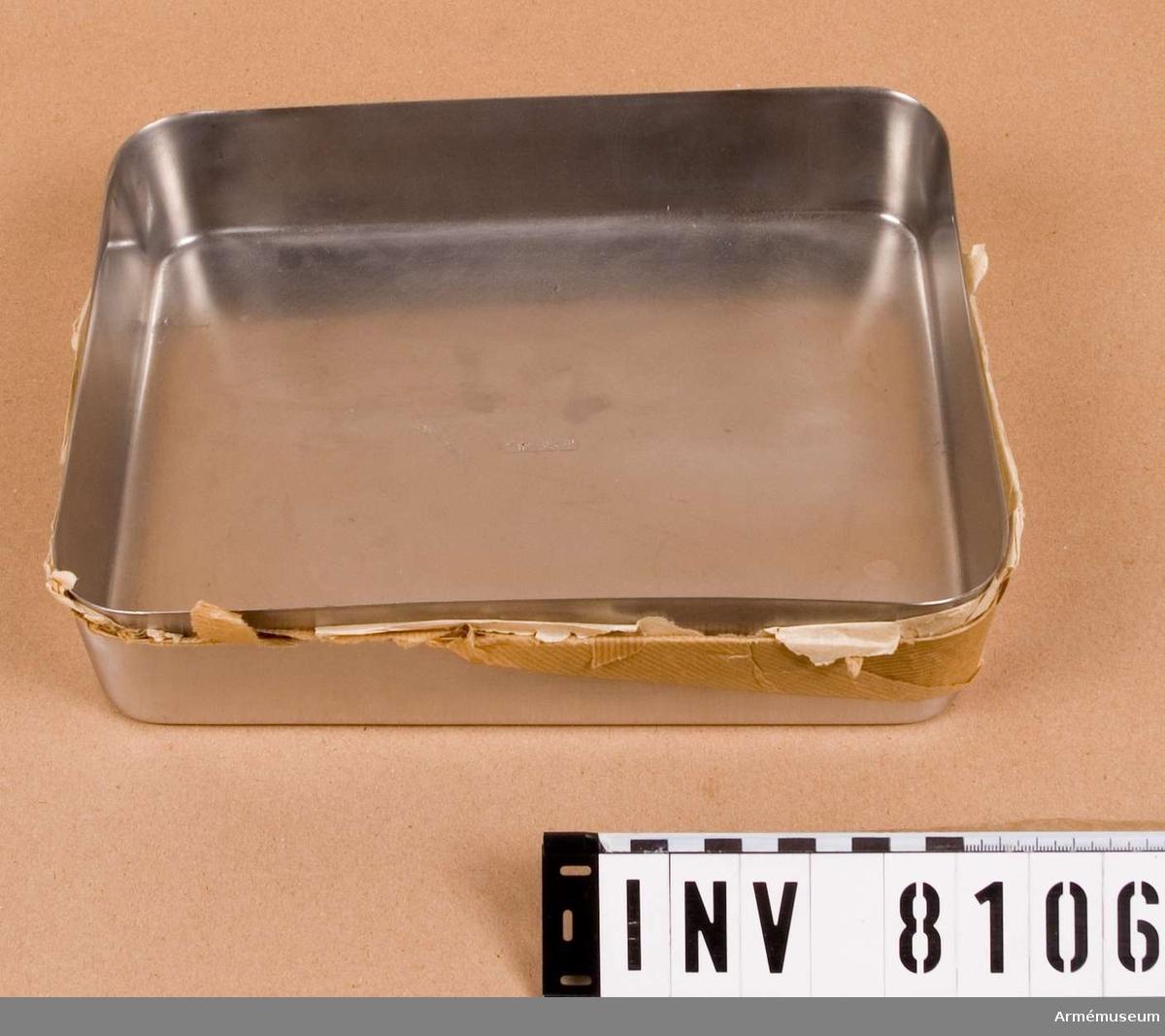 """Rak skål av rostfritt eller syrafast stål. Märkt med texten """"HASSELBLAD SWEDEN"""" i en fyrkant. Tillverkare Hasselblad med  säte i Göteborg. Ingår i fotomaterielsats 7 låda 1."""