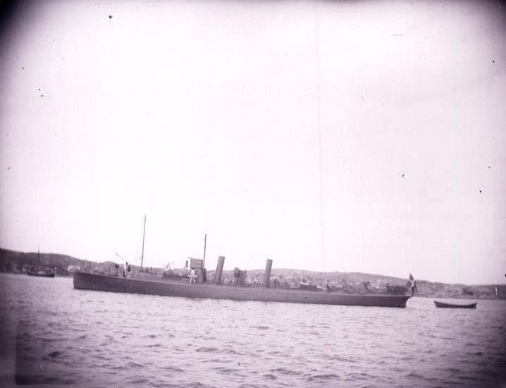 """Enligt text som medföljde bilden: """"Danske torpedbåten Springeren från sidan 11/8 1899. Lysekil""""."""