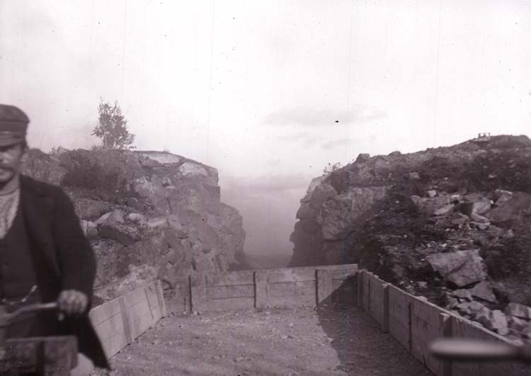 """Enligt text som medföljde bilden: """"Svarteborg, Bergpass vid Grusgropen Okt 12""""."""