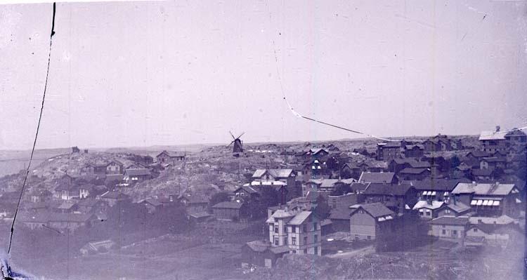 """Enligt text som medföljde bilden: """"Utsikt öfver staden fr. flaggberget""""."""