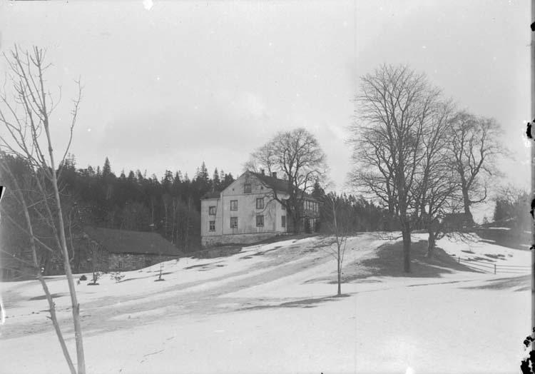 """Enligt text som medföljde bilden: """"Bäckefors. Fru Wallbergs hus 9 febr. 08."""""""