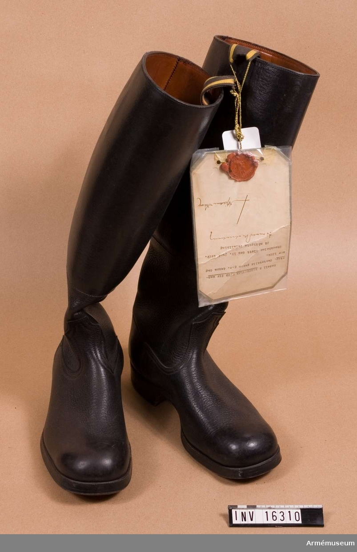 Av svart läder, lädersulade med klackjärn. Storlek A 42. 1 par. Faställd nr 1224 19 juni 1929.