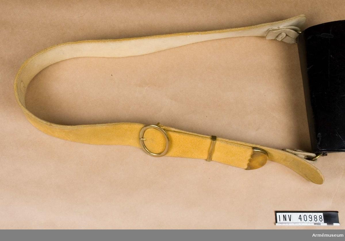 Grupp C I. Paraduniform för spel 1827-45. Består av jacka, gradbeteckning, epåletter, byxor, kask, stövlar, sporrar, skärp, halsduk, kartusch med rem, sabelkoppel, handrem. Rem av gult sämskskinn med mässingsbeslag.