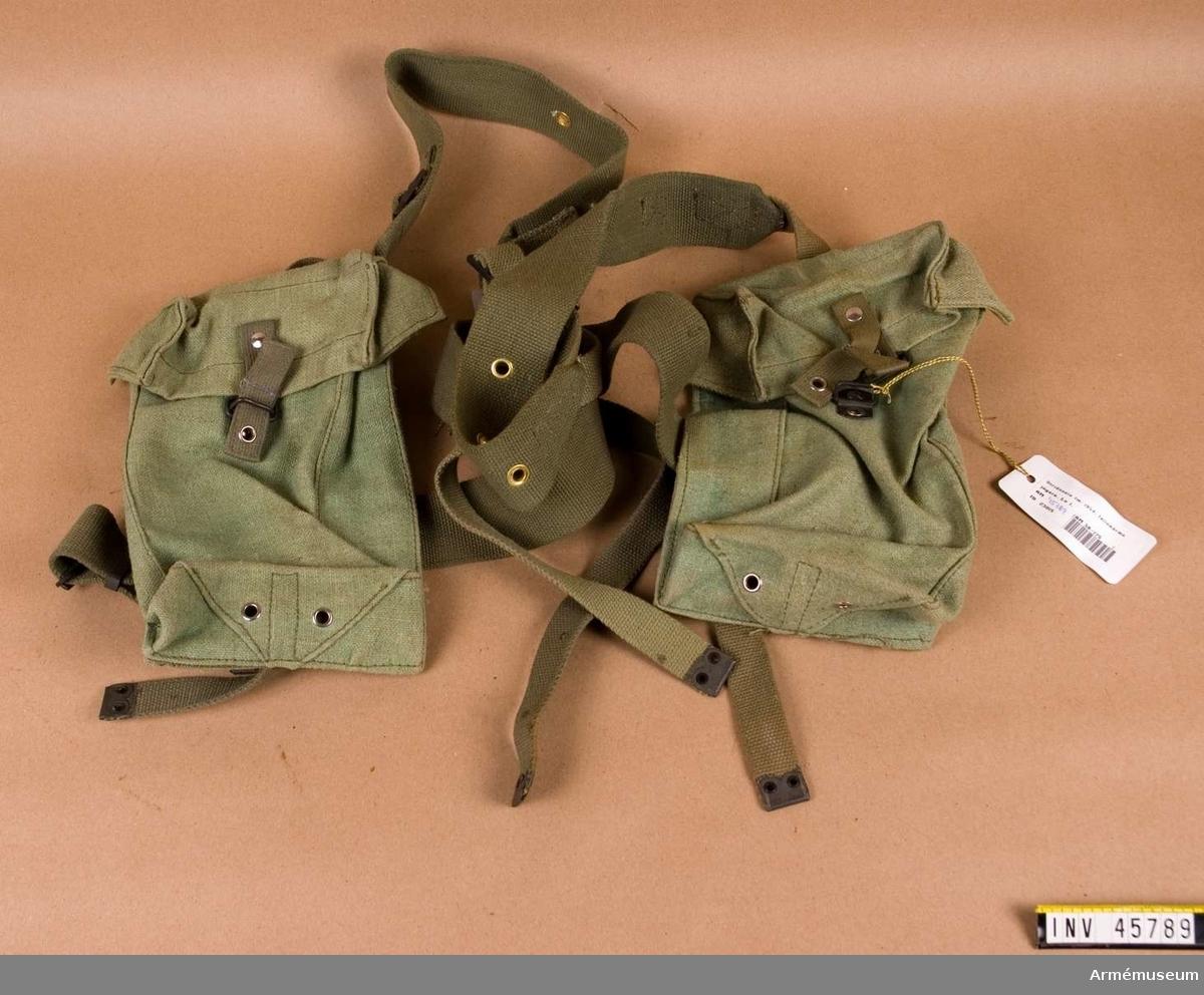 Grupp C I.  Ur fallskärmsjägareuniform bestående av rock, stridsblus, byxor,  sommarmössa, baskermössa, stålhjälm, skyddshjälm, marschskodon,  två större ryggsäckar med mesar, stridssele, bälte, hängsle med  sölja, två packfickor, mindre ryggsäck med två bärremmar,  sidväska med bärrem, stridssele med två axelremmar, bärsölja,  livrem, spänne, två enhetsväskor.                    Samhörande nr AM.045768-AM.045797, uniformspersedlar.