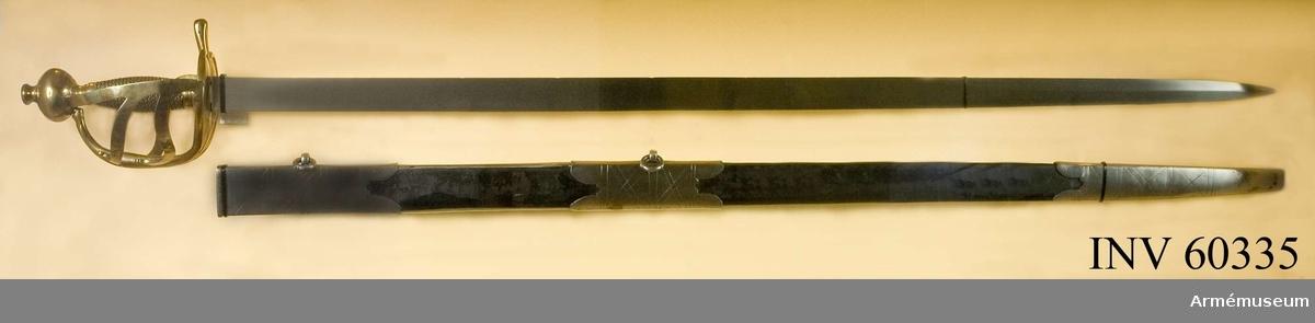 """Grupp D II.  Baljan är av trä och klädd med svart läder. Den har munbleck, mellanbeslag och släpsko, alla av järn. Både munblecket och mellanbeslaget har på ryggsidan en ögla, som håller fast en koppelring. Munbleckets nedre och släpskons övre samt mellanbeslagets bägge kanter är prydda med inskärningar.  Munblecket har förstärkt övre kant. Alla tre beslagen är på  utsidan prydda med inristade streck samt är hoplödda med koppar.  Baljans ryggsida är föstärkt med en järnskena, vars övre ände är instucken under munblecket och vars nedre är instucken under släpskon. På baljans ryggsida finns en liknande skena, som dock blott går mellan munblecket och mittbeslaget. På öglan för övre koppelringen är siffran 8 inslagen.I Modellkammarens reversal var denna pallasch och AM 60336  upptagna som """"Värjor, kavalleri, svenska, diverse"""" och baljorna  som """"Baljor, sidogevärs, diverse af läder"""".I Artillerimuseums inventarier var detta vapen år 1879-84  benämnt """"Huggvärja med balja för svenska kavalleriet, sannolikt  1760-1170"""". I 1888 års tryckta katalog och i alla  Artillerimuseums senare inventarier benämndes vapnet """"Pallasch  med balja. 1770-talet. Obekant land."""""""