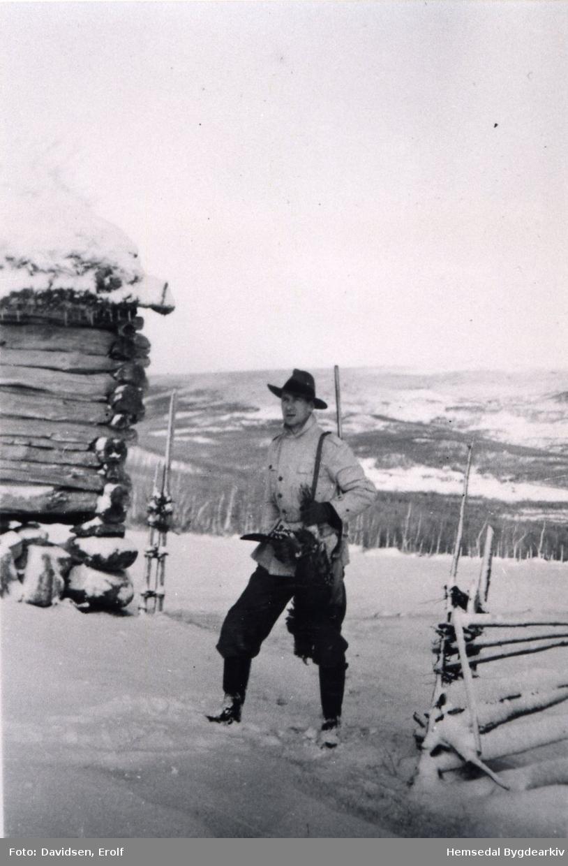 Trygve M. Davidsen kjem att frå jakt i 1943 på Nøreli i Hemsedal.