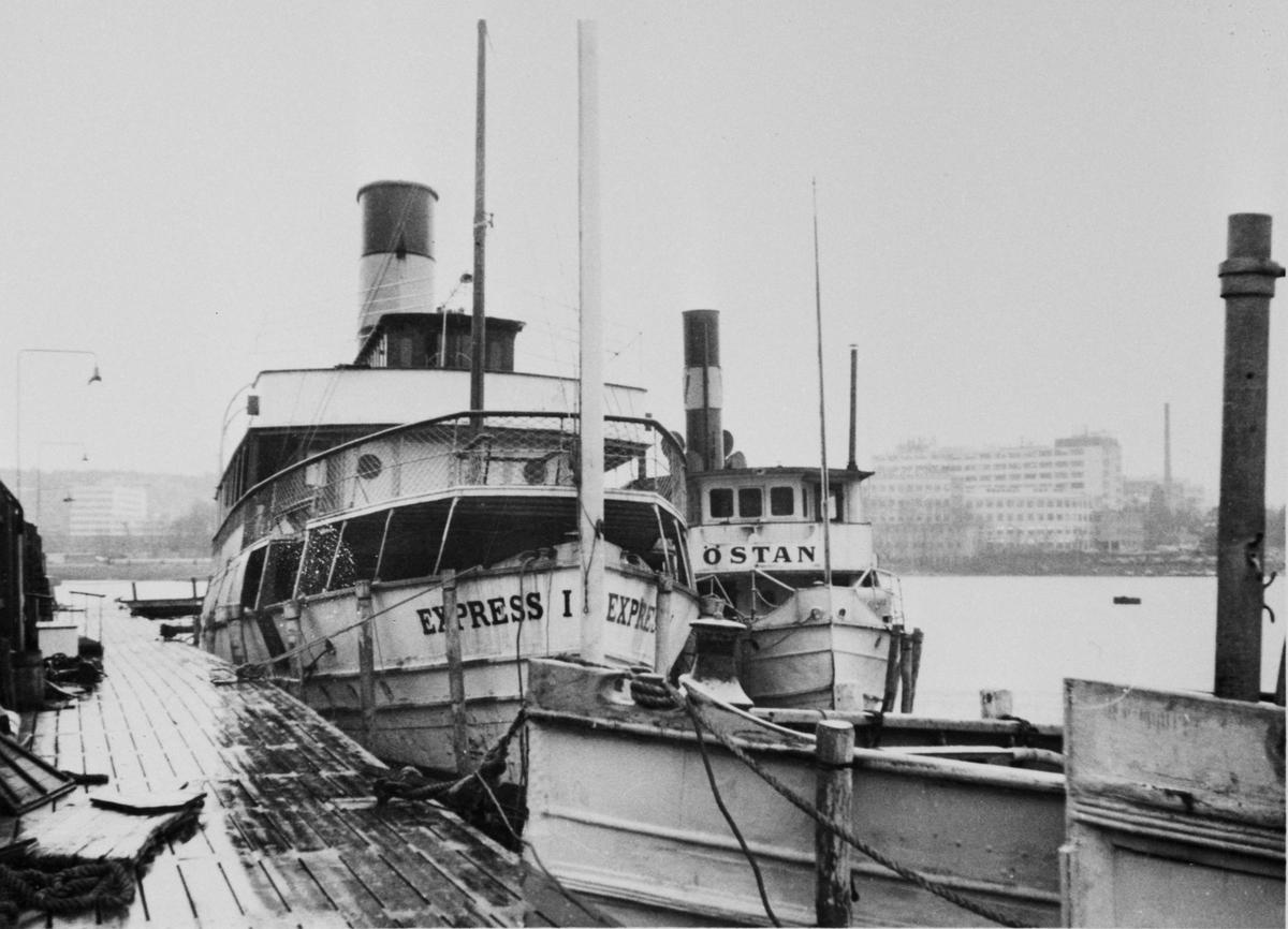 Fartyg: EXPRESS I                      Bredd över allt 8,02 meter Längd över allt 46,07 meter Reg. Nr.: 3724 Rederi: Waxholms Nya Ångfartygs AB, Vaxholm Byggår: 1900 Varv: Södra Varvet, William Lindbergs MV & Varfs AB Övrigt: Express(1900)=EXPRESS I(1913) 1961 Skrotad vid Hammarbyverken, Stockholm. En del av matsalsinredningen finns bevarad på Sjöfartshotellet vid Slussen i Stockholm. T.h. om Express I ligger Östan Byggår 1896 Regnr 2929