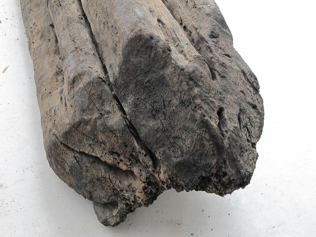 """Fargetre, campuchetre, logwood. Tunge trestykker med uregelmessig form: stokker, kubber, trestykker, med spor etter hogst med øks eller sag. Fargetre har egenvekt større enn 1.   a)   Stor tung stokk med uregelmessig tverrsnitt, rett i den ene ende, en spiss inden annen. Sterkt hullet av peleorm på oversiden.  L. 128. B. ca. 40.    b)   Tett kort stykke stokk med en oppstående hake.  L. 54. Tverrsnitt za. 23 x 21.  c)  Rund stokk. Naturlig tverrsnitt. Saget over i den ene ende, hugget på skrå i den anddre ende. Stor løs flis i ene enden.  Merket  Fred 374.    L. 97,5   DI: 11  d) Kubbe av fargetre, saget i ene ende, hugget i den andre. Uregelmessig form med merker etter øksehogg. Delvis oppspist av pælemakk. Har vært utlånt til Sjøfartsmuseet i Amsterdam ca. år 2000.   L: 28  B: 18 .   e)Skive av fargetre, skåret til utstillingen """"Med slaver, elfenben og gull"""" i 1997, laget av Leif Svalesen. Ca. 65 x 65 x 10 mm.  f) Kubbe av fargetre, fin glatt overflate på en side, oppspist av pælemark på motsatt side. Fin snittflate i en ende. En utstående kvist.  L: 57  B:23   g)  Kubbe med tre grener.  Merket FRED 386  L: 35  DI: 9   h) Stokk. Merket FRED 377   L: 71  B: 15 - 22  i) Trestykke, plan snittflate i ene ende, spiss form, dels pælemarkspist, merket FRED 376. L: 38.  j) Rotkubbe, stor og tung, en bredside er angrepet av pælemark og jevnet ut,  merket FRED 353   H:58  L: 75  T:35"""