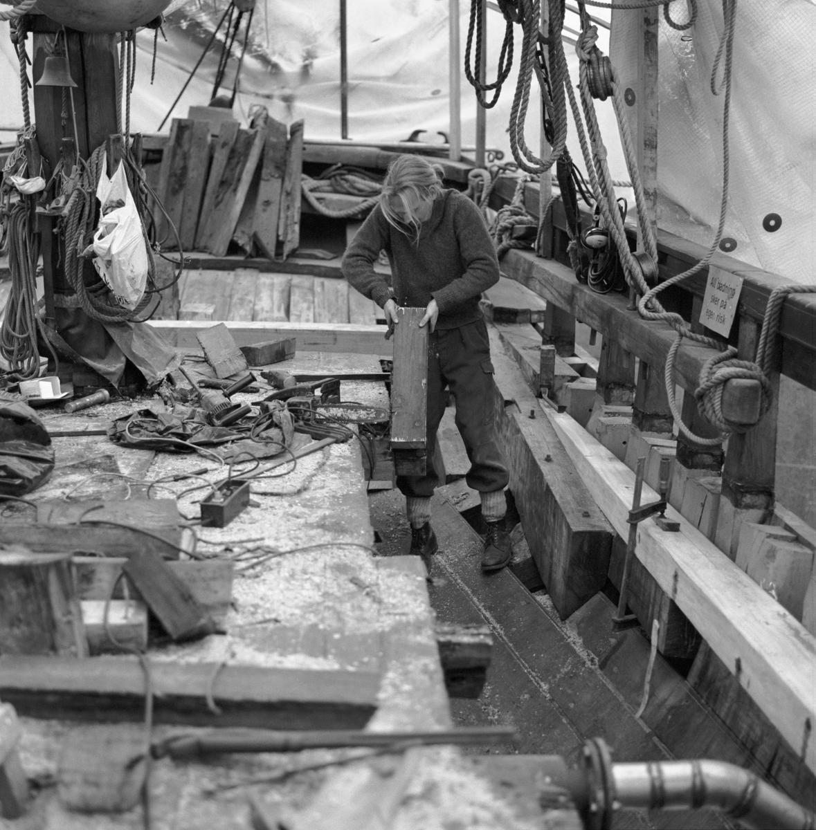 """Fartyg: DEODAR                         Bredd över allt 5,8 meter Längd över allt 24 meter Reg. Nr.: 8180 Rederi: Thomas Hellström Byggår: 1911 Varv: R Jackmans skeppsvarv, Brixham, England Övrigt: Beckholmen Engelska ketchen DEODAR får däcket bytt Fototillfälle:921104-158 Deodar(1911)=Rigmor(1942)=DEODAR(1962) I fraktfart tom 1958 Fartyget har fått skutstöd från Statens Sjöhistoriska Museums fond för bevarande av kulturhistoriskt värdefulla segelfartyg. Hon är K-märkt av Statens Maritima Museer 2001 som """"synnerligen kulturhistoriskt värdefull""""."""
