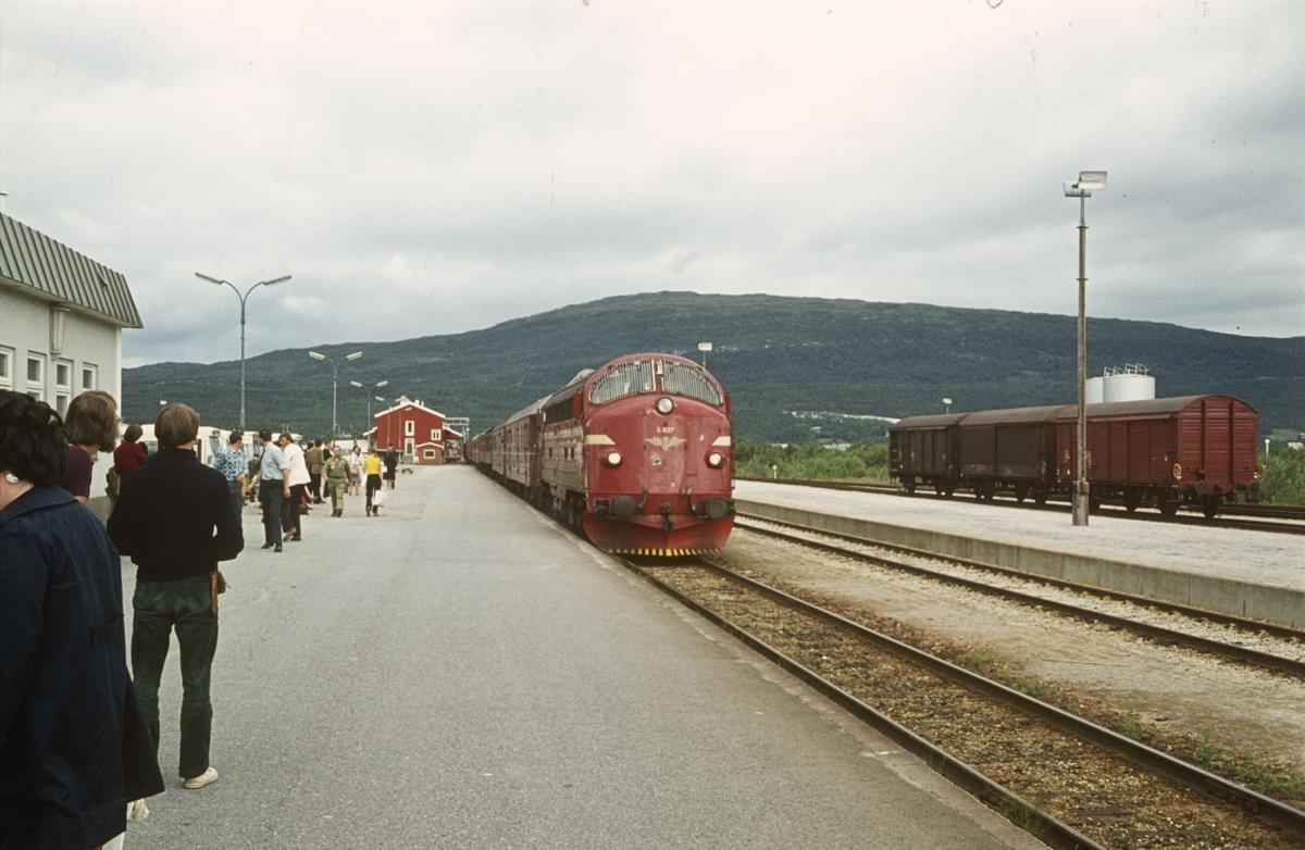 Tog fra Bodø til Trondheim på Fauske stasjon. Diesellok tye Di 3 nr. 627.