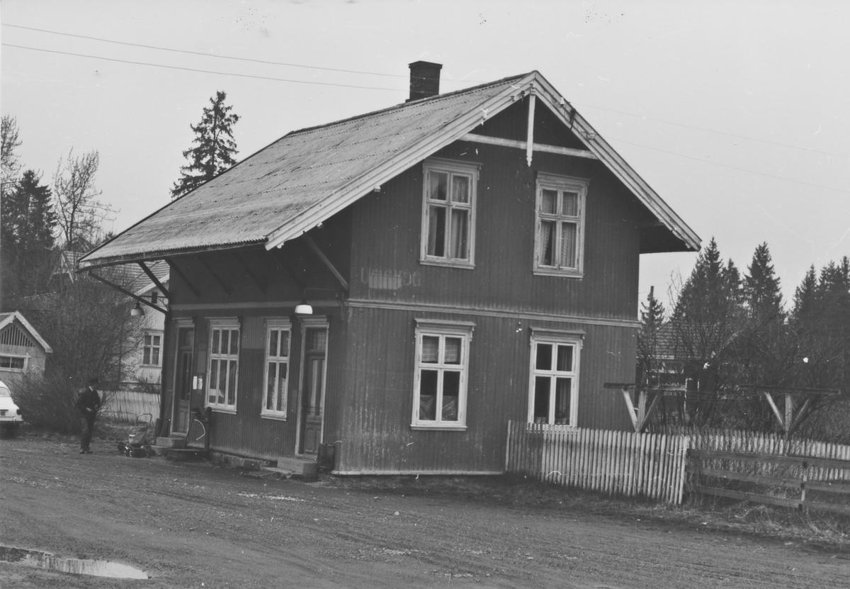 Fra Auskog stasjon noen år etter nedleggelsen.