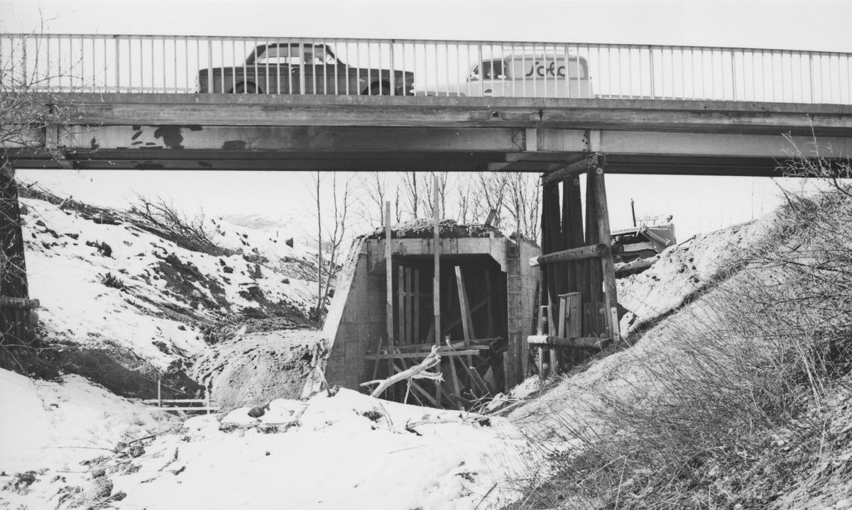 Tønsberg tunnel er ferdig støpt. Den gamle riksvegbroen i forgrunnen ble revet i 1968.