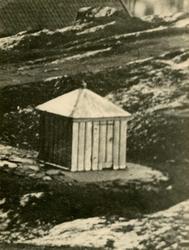 Offentlig bygning. Offentlig brønn på Risøy.