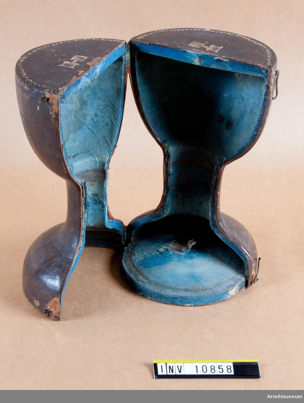 """Grupp B II. Äldre nr -. Kalk av förgyllt silver för """"Westgiöte Cavallerie Regemente 1753"""". Tillverkad av Jöns Lund, Skara. Samhörande paten, läderfodral."""