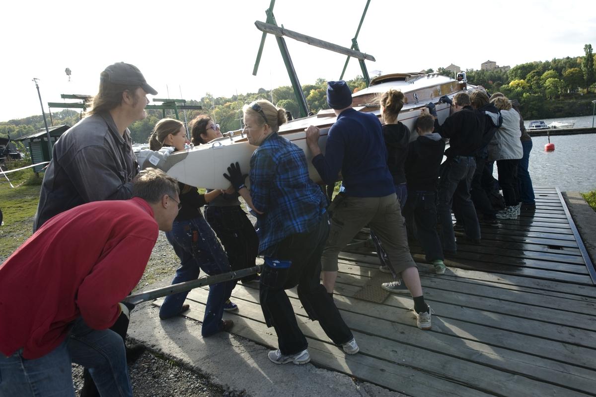 Båtupptagning på gammalt traditionellt vis, med handkraft, på Årstavikens SS vid Eriksdalsbadet 26 september 2009