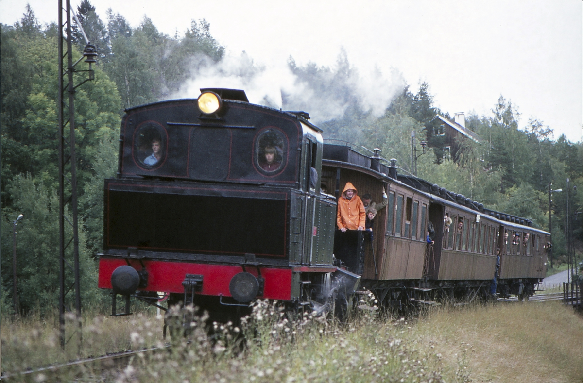 Ekstratog for Norsk Jernbaneklubb med damplokomotiv Norsk Hydro M2 på den nedlagte delen av Drammenbanen, Spikkestad - Lier, ved Reistad holdeplass.