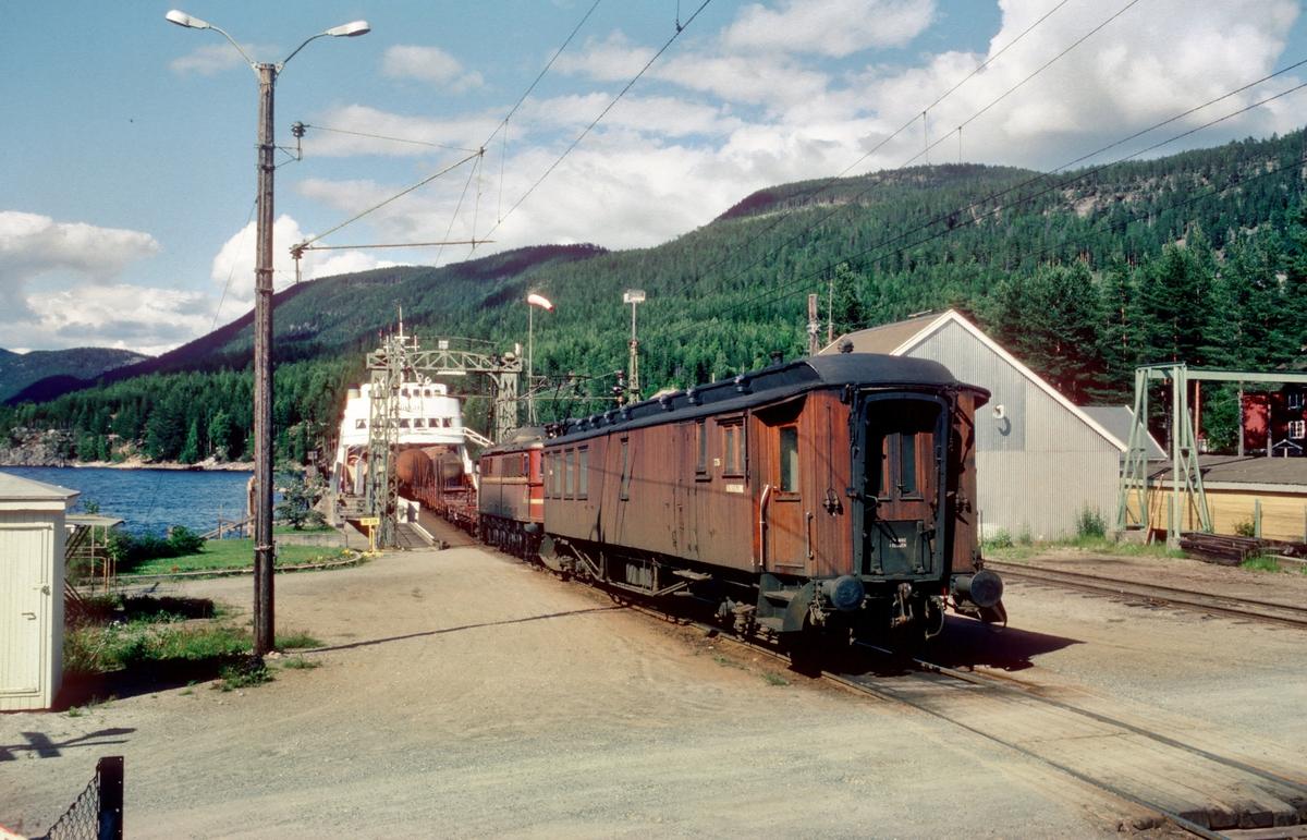 Skifting på Tinnoset stasjon. Vogner fra Rjukan trekkes av fergen, og vogner til Rjukan skyves ombord. M/F Storegut.