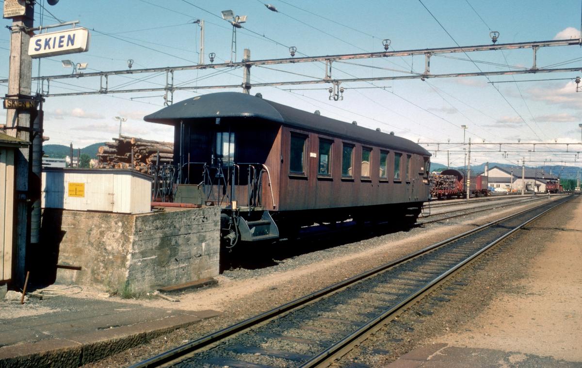 Skien stasjon. Styrevogn type 65 til elektrisk motorvognsett.