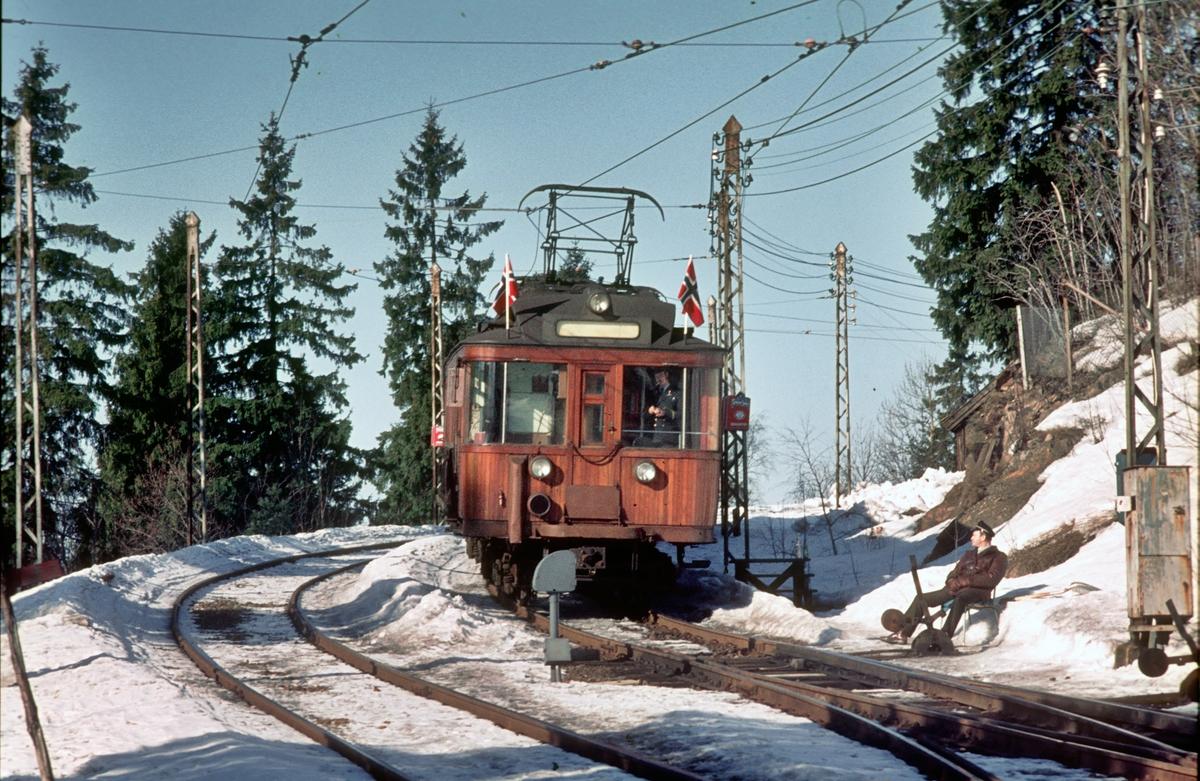A/S Holmenkolbanen. Tryvannsbanen. Holmenkolldagen 1974. Vogn 40, type 1914 (Skabo, Westinghouse, HKB verksted). Betjent sporveksel på Holmenkollen stasjon.