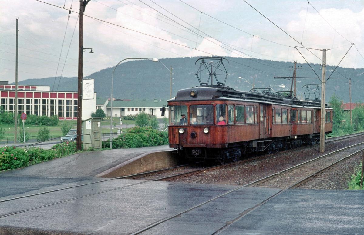A/S Holmenkolbanen. Røabanen. Eiksmarka stasjon. Vogn 31 og 37 type 1909 (Skabo, Westinghouse, HKB verksted)