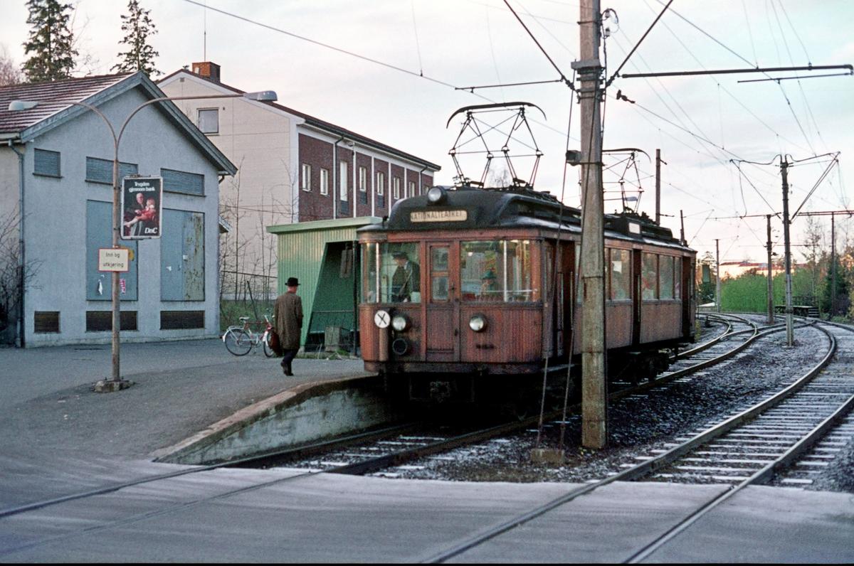 A/S Holmenkolbanen. Røabanen. Eiksmarka stasjon. Ekstravogn om morgenen 07.45. Vogn 103, type 1916 (Skabo, Westinghouse, HKB verksted).
