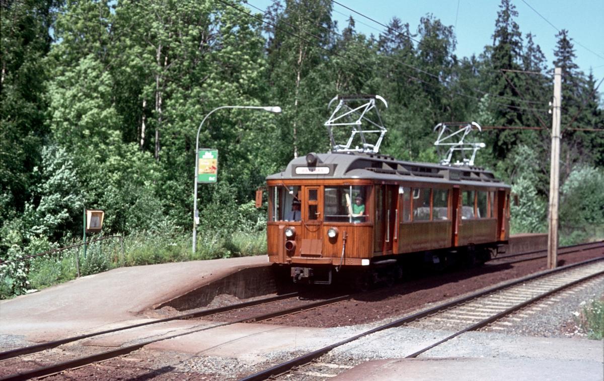 A/S Holmenkolbanen. Oslo sporveier. Røabanen. Lijordet stasjon, vogn 106 type 1928 (Strømmens verksted, NEBB, HKB verksted), på vei mot Østerås.