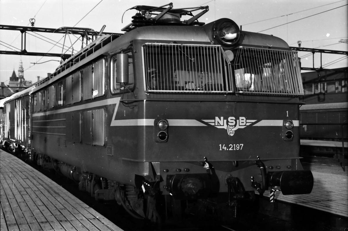 Daghurtigtog til Åndalsnes, Ht 351, på Østbanen. NSB elektrisk lokomotiv El 14 2197.