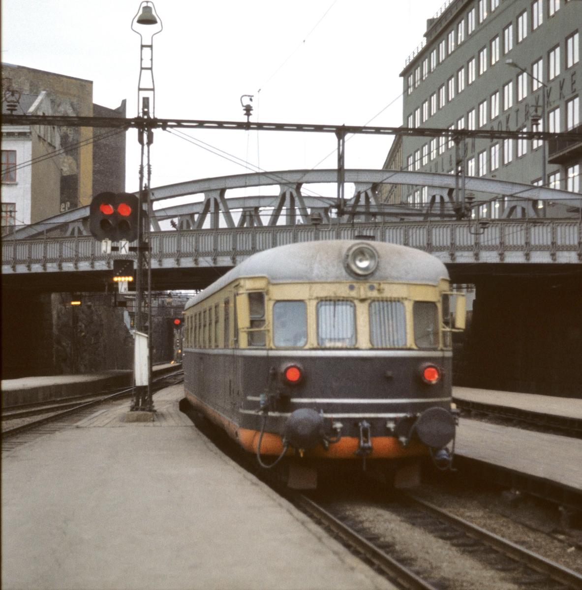 NSB elektrisk snøggtog, lyntog, ekspresstog, type 66 på vei ut fra Oslo V.