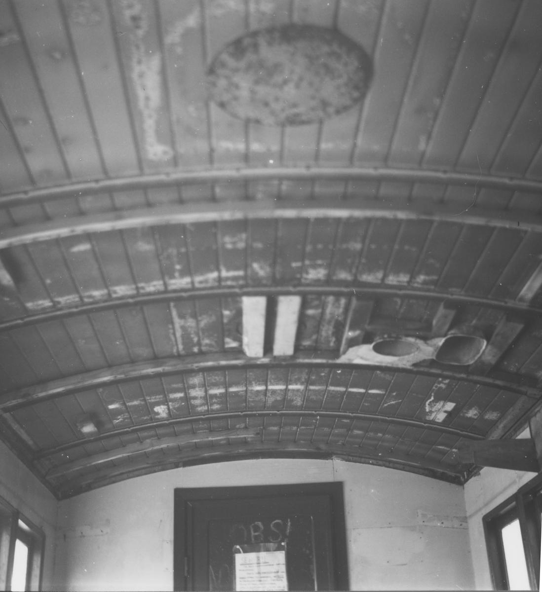 Detalj av taket i personvogn Co2, etter at finerplatene fra 1930-tallet er tatt ned. Bildet er fra den delen av vognen der det opprinnelig var 3. klasse.