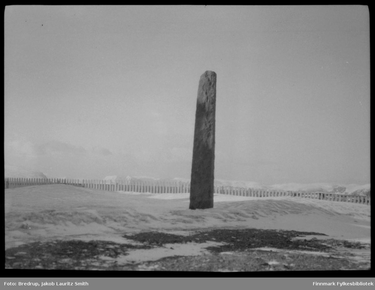 Hammerfest - inngjerdet bautastein som ble avduket i 1909, til minne om engelskmennenes angrep på byen i 1809.  Det er vinter, og i bakgrunnen ser man hav og fjell.