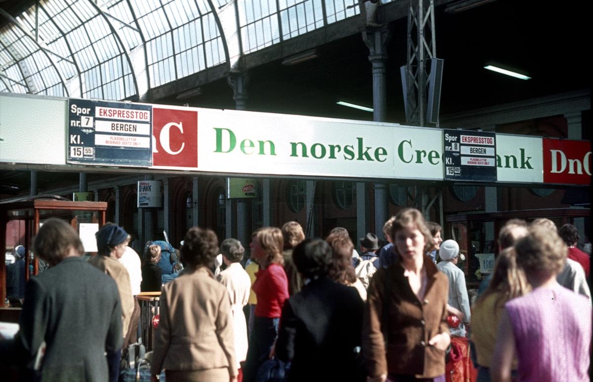 Utfartsdag på Østbanen. Østbanehallen. To ekspresstog til Bergen er skiltet.