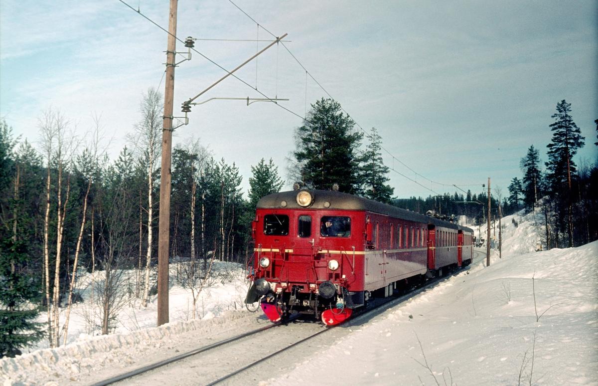 Persontog 694, Ål - Oslo Ø, med motorvognsett type 68B.