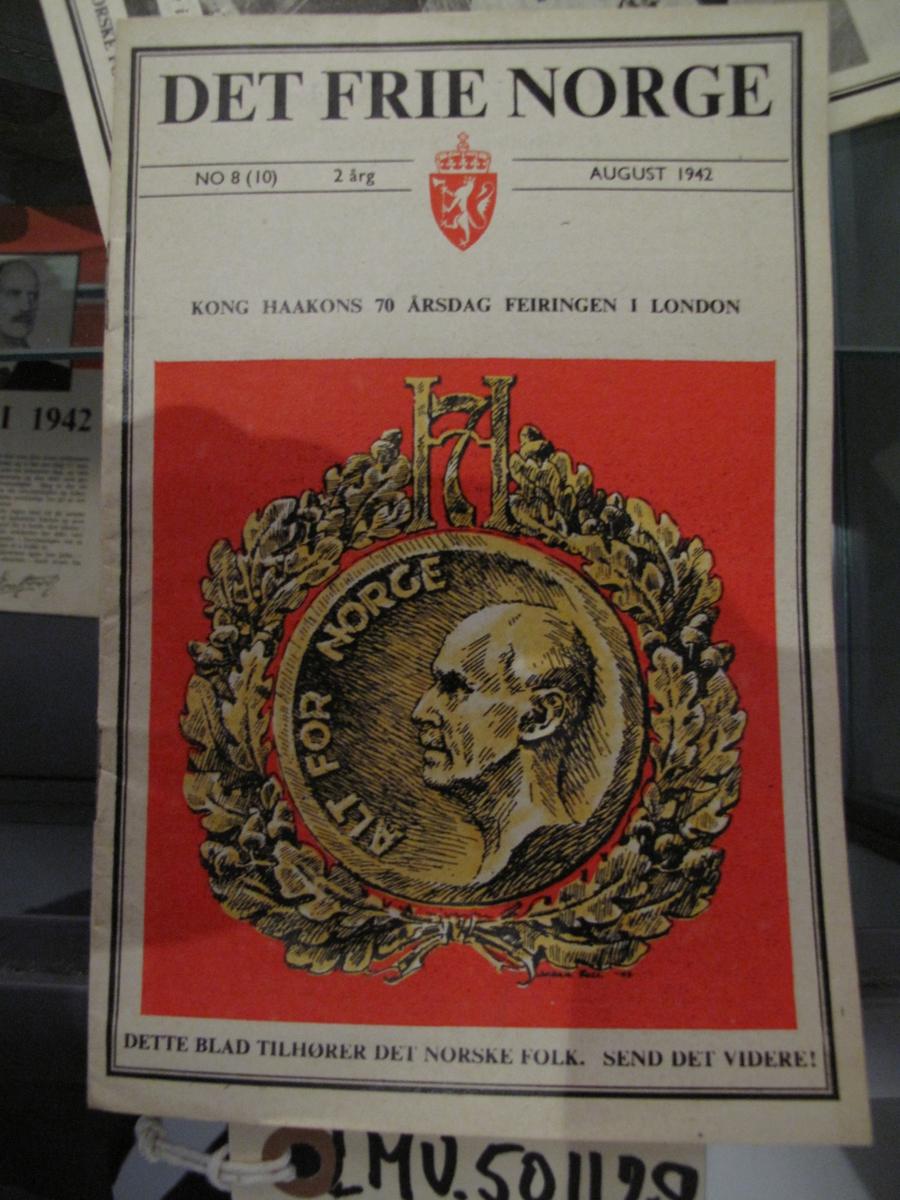 Hefte - Det Frie Norge nr 8 (10) 2.årg august 1942. Tittelsiden har fokus på feiringen av Kong Haakons 70-års dag i London.