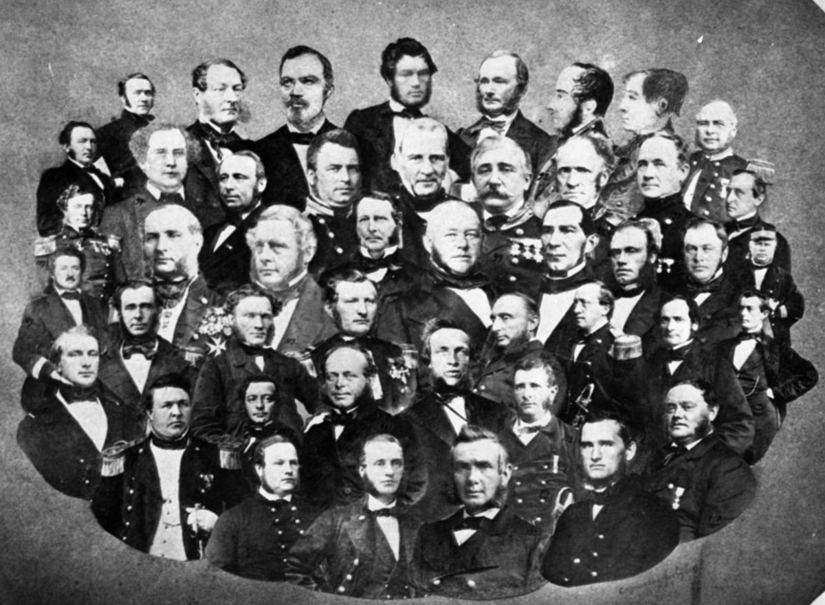 Motiv: Sammensatt portrettgruppe av sjøofiserer nr 90-135.