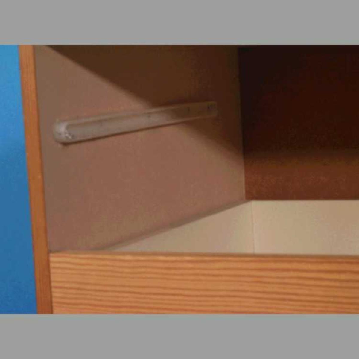 Finert sponplate, limt og skrudd, dreide knotter på skuffer. Ubehandlet.  Rektangulær, 4 skuffer.