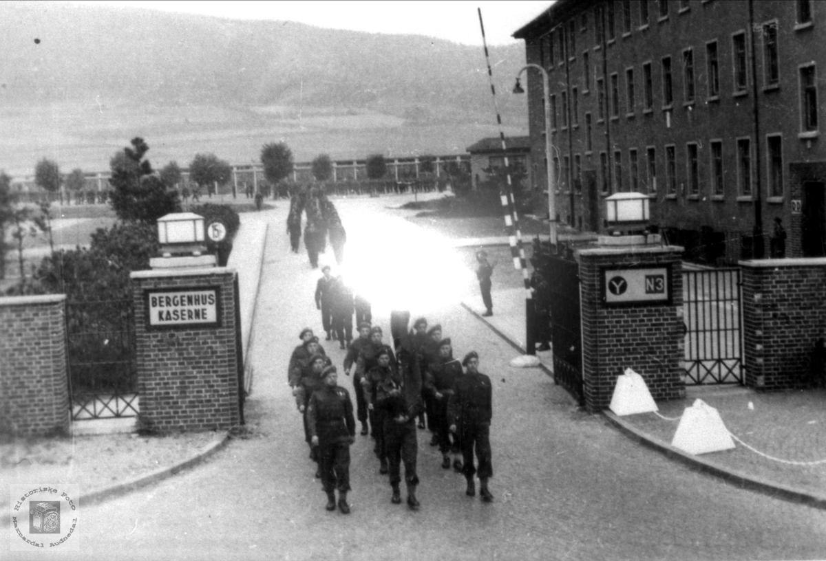 Tysklandsbrigaden, brigade 471 marsjerer inn i ein leir.